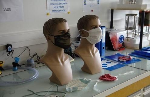 La DGA a pour mission de mesurer l'efficacité de filtration de particules de ces échantillons de masques ou de tissus